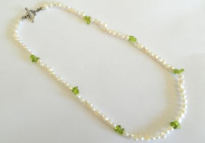 "18""  Freshwater Pearl and Peridot Necklace ."